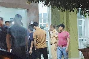 Bắn chỉ thiên giải cứu hai cảnh sát bị vây đánh tại quán karaoke