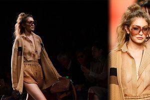 Gigi Hadid để ngực trần catwalk, gợi cảm mơn mởn khó rời mắt