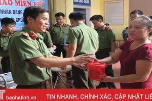 Chiến sỹ Công an Hà Tĩnh vào bếp nấu cháo 'đãi' bệnh nhân nghèo
