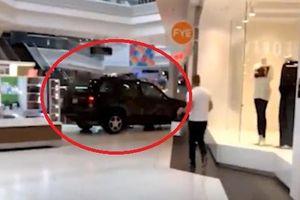 Clip: Ô tô ngang nhiên chạy trong trung tâm thương mại Mỹ, dân chạy tán loạn
