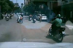 Sang đường không quan sát, nữ tài xế gây tai nạn