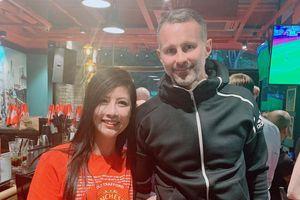 Ryan Giggs chụp ảnh cùng fan tại Hà Nội