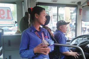 Đôi vợ chồng cùng sống, cùng làm trên một chiếc xe buýt