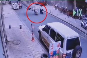 Kinh hoàng vụ nổ thổi tung cánh cửa bay vào người đi xe máy
