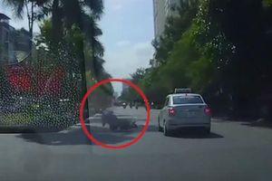 Vào cua tốc độ cao, thanh niên suýt mất mạng dưới gầm taxi