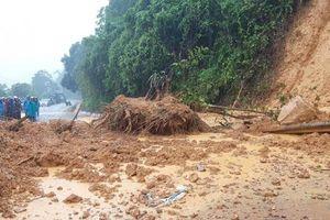 Sạt lở gây tắc đường Hồ Chí Minh nhánh Tây qua Quảng Trị