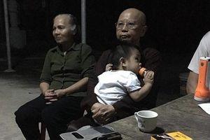 Bé trai hơn 1 tuổi bị mẹ bỏ rơi trước cổng chùa kèm tờ giấy 'nhờ nuôi con hết đời, không vấn vương gì hết'