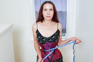 Người phụ nữ sở hữu vòng eo 40cm do nịt bụng 20 tiếng mỗi ngày