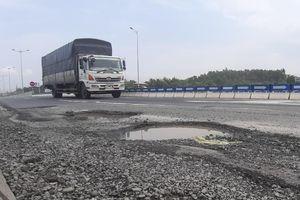 Cao tốc Đà Nẵng – Quảng Ngãi lại lở loét ngay đầu tuyến