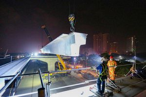 Cảnh lắp đặt phiến dầm 70 tấn ở công trường đường trên cao 5.000 tỷ