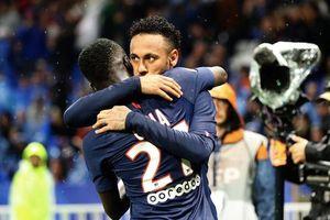 CĐV Lyon ném vật thể lạ nhằm vào Neymar
