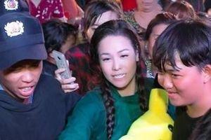 Nhật Kim Anh được khán giả vây kín khi hát ở miền Tây
