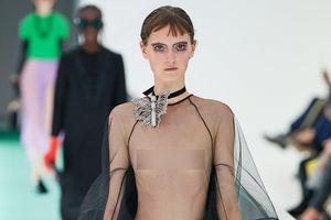 Show thời trang gây chú ý với dàn mẫu nữ lộ toàn bộ vòng một