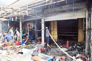 Cháy lớn tại chợ Tó - Đông Anh, nhiều gian hàng bị thiêu rụi