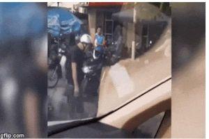 Clip: Va chạm với xe máy, tài xế bị 2 người đàn ông đến tận cửa ô tô đánh không chống cự nổi