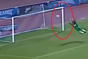 Phấn khích với pha bay người cứu thua của thủ môn Mahmoud Gad