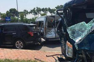 Xe container tông liên hoàn 4 ô tô dừng chờ đèn đỏ, 2 người bị thương