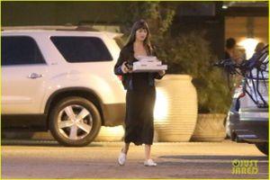 Kiều nữ '50 sắc thái' xinh đẹp đi ăn pizza sau khi tái hợp bạn trai