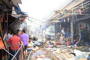 Chợ Tó ở ngoại thành Hà Nội bốc cháy, nhiều gian hàng bị thiêu rụi