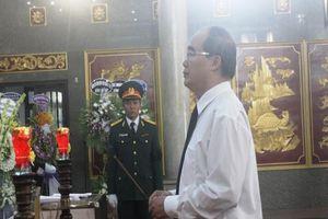 Hàng ngàn người đến viếng anh hùng phi công Nguyễn Văn Bảy