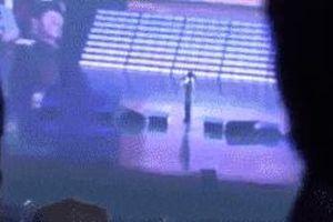 IU ngã ngửa ra sàn sân khấu