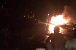 Sau tiếng nổ lớn, tàu cá bốc cháy ngùn ngụt, 2 người tử vong