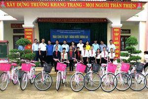 VNPT trao tặng xe đạp cho học sinh nghèo học giỏi tại Quảng Bình