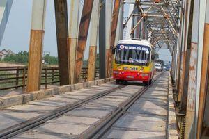 Cận cảnh cây cầu 'oằn lưng' gánh cả ô tô và tàu hỏa