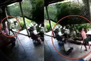 Clip cầm gậy tới nhà đánh hàng xóm vì cây keo lá tràm, bị chém đứt chân tử vong