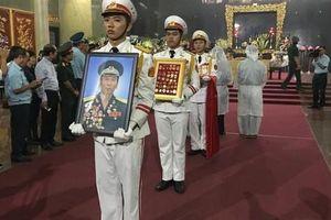 Hàng trăm người tiễn đưa Anh hùng phi công Nguyễn Văn Bảy về đất mẹ