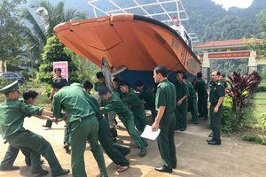 Bộ Tư lệnh BĐBP tặng 10 tấn gạo và trang cấp ca nô cho đồng bào Rục