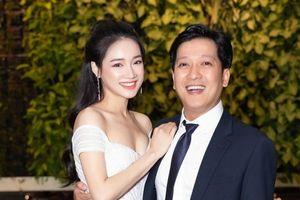 'Đập' hộp quà kỷ niệm 1 năm cưới của Trường Giang - Nhã Phương