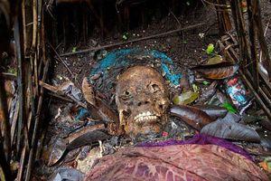 Kinh dị tục phơi xác người chết trong lồng tre để tự phân hủy