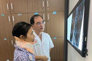 Cắt khối u quái ác ở vùng cổ, chữa đau đầu cho nữ bệnh nhân