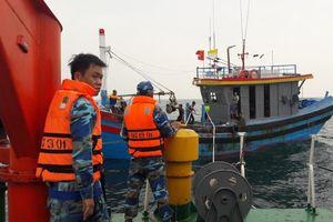 Nghệ An: Đưa tàu cá và 7 ngư dân gặp nạn trên biển vào bờ an toàn