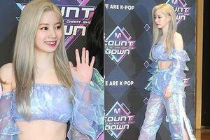 Kiều nữ Kpop diện váy nhựa trong suốt lên sân khấu