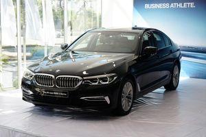 Xe sang BMW, Mercedes hạ giá, Toyota Camry vẫn đúng giá niêm yết