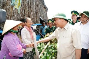 Thủ tướng Nguyễn Xuân Phúc thị sát điểm sạt lở tại tỉnh Tiền Giang