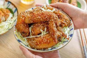 Quên đồ ăn nhanh đi, mẹ tự làm món cánh gà rán rắc vừng thơm lừng kiểu Nhật khiến bé mê mẩn