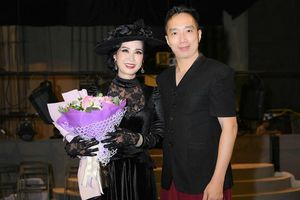 NSND Lan Hương mặc trang phục đính kim cương diễn 'Người mẹ trước vành móng ngựa'