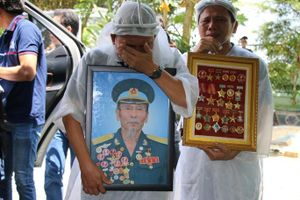Nghẹn ngào tiễn Anh hùng phi công Nguyễn Văn Bảy về với đất mẹ Lai Vung