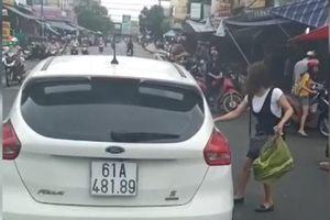 Clip: Nữ tài xế ngang nhiên đậu ô tô giữa đường để đi chợ gây bức xúc