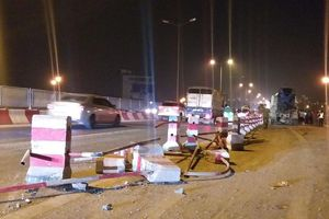 Hà Nội: Xe bồn húc bay 20m dải phân cách trên cầu Thanh Trì, 4 sinh viên nhập viện trong đêm