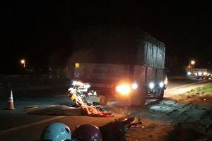 2 mẹ con chạy xe máy tông đuôi xe tải tử vong