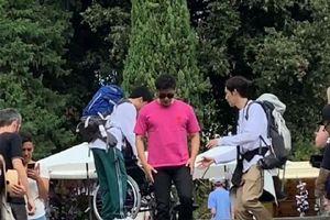 Lý Thần gặp sự cố, phải ngồi xe lăn khi quay hình chương trình ở nước ngoài