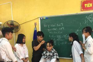 Thấy nam học trò cột tóc dài đến lớp, thầy giáo trẻ đem theo tông đơ và tự tay cắt tóc khiến CĐM vô cùng thích thú