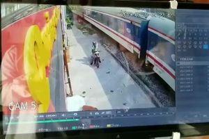 Khoảnh khắc người đàn ông bị tàu hỏa đâm vì cố vượt đường ngang