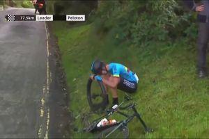 Cua-rơ bật khóc nức nở vì... không ai giúp đỡ khi xe đạp hỏng giữa đường đua