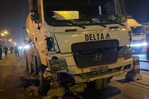 Xe bồn nổ lốp mất lái, 4 sinh viên gặp nạn trên cầu Thanh Trì