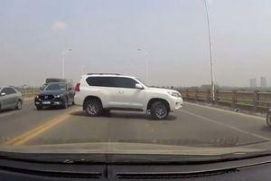 Clip: Tài xế bất chấp nguy hiểm ngang nhiên quay đầu xe trên cầu Vĩnh Tuy